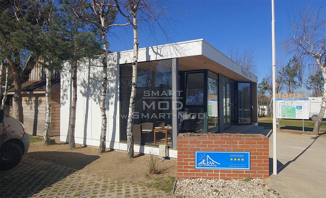 nowoczesny budynek recepcji na polu kempingowym