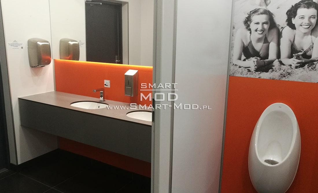 wnetrze modułowej toalety publicznej